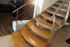 Εσωτερική σκάλα με ξύλινα πατηματα